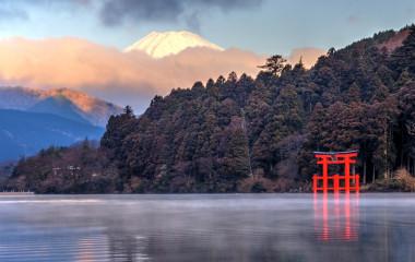 Roter Hakone-Schrein an den Ufern des Ashi-Sees, Japan