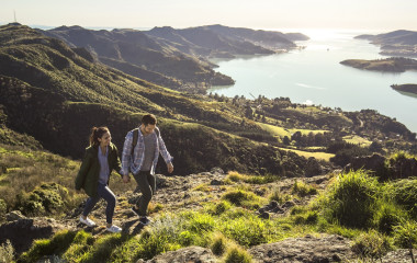 Paar wandert vor traumhafter Landschaft, Port Hills, Christchurch, Neuseeland