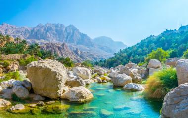 Lagune mit türkisfarbenem Wasser im Wadi Tiwi, Oman