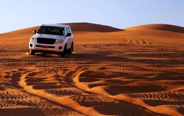 Geländewagen auf Sanddünen, Oman
