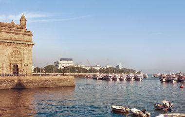 Tempel und Fluss in Mumbai