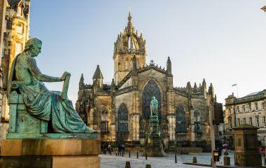 Street view of the historic Royal Mile, Edinburgh, Scotland, Europe