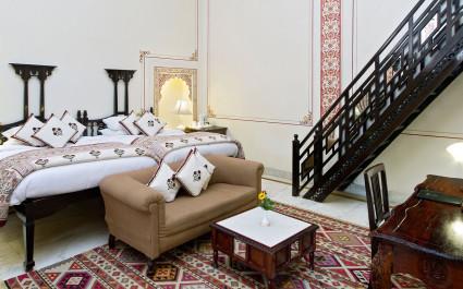 Zimmer mit antiken Holzmöbeln im Hotel Rohetgarh Fort, Indien