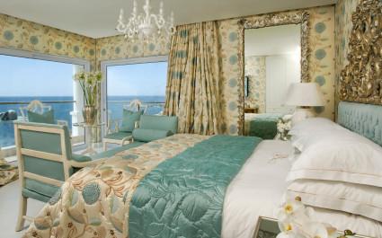 Schlafzimmer mit Meerblick im Twelve apostles Hotel & Spa in Kapstadt, Südafrika
