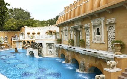 Aufwändig gestalteter Pool des Ajit Bhawan Palace in Jodhpur, Indien