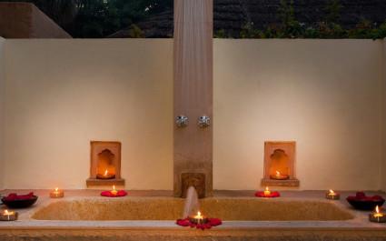 Badewanne mit Kerzen unter freiem Himmel im Hotel Khem Villas, Indien