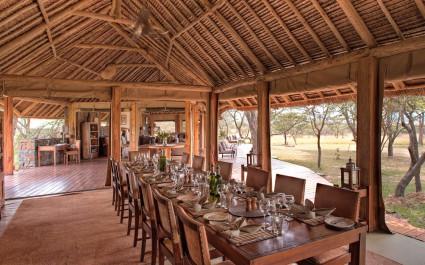 Essbereich mit langem Tisch im Naboisho Camp, Masai Mara ,Kenia
