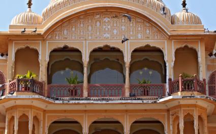 Detail der Außenfassade mit Balkon des Hotels Samode Palace in Nordindien