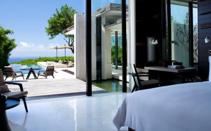 Zimmer mit Blick auf den Pool im Hotel Alila Villas Uluwatu in Uluwatu, Indonesien