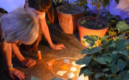 Menschen verzieren den Boden beim Diwali-Fest der Lichter in Indien