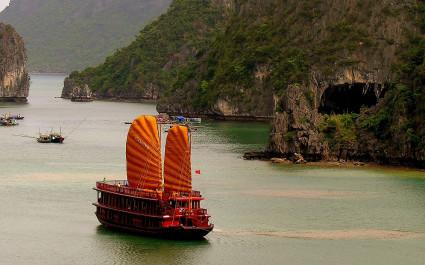 Luftaufnahme eines Schiffes der Ginger Cruise in der Halong-Bucht, Vietnam