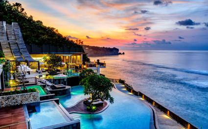 Poolanlage im Anantara Uluwatu Bali Resort Hotel in Uluwatu, Indonesien