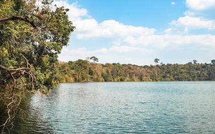 See und bewaldetes Ufer