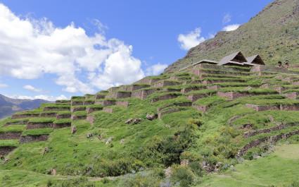 Terrassenförmige Anlagen am Berghang entlang der Huchuy-Qosqo-Trekkingroute nach Machu Picchu in Peru