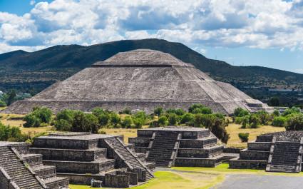 Sonnenpyramide von Teotihuacán bei sonnigem Wetter in Mexiko