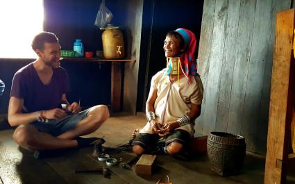 Junger Tourist zu Besuch bei einer Frau der Kayan-Volksgruppe in Myanmar
