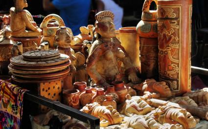 Einheimische Handwerkskunst auf dem Markt von Chichicastenango in Guatemala