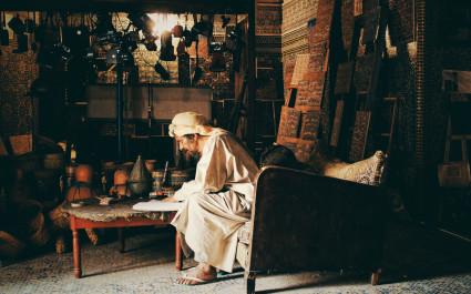 Berber-Handwerker sitzt in seiner Werkstatt, Marokko