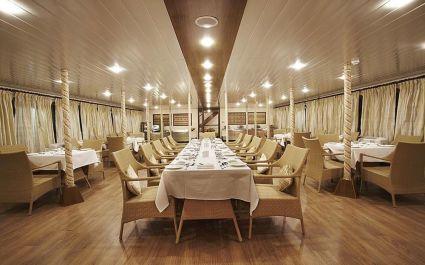 Langer gedeckter Tisch im Schiffsrestaurant