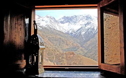 Blick durch ein Fenster der Kasbah du Toubkal auf den Hohen Atlas, Marokko