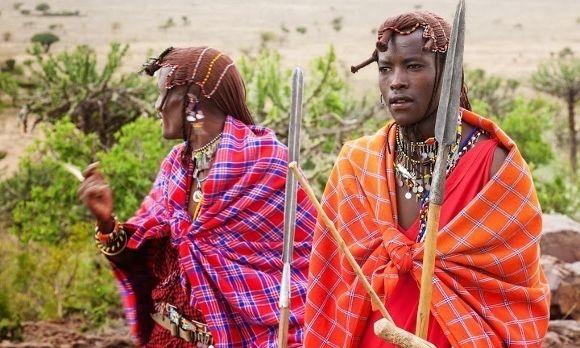 Zwei Massai Krieger in traditionellem Gewand
