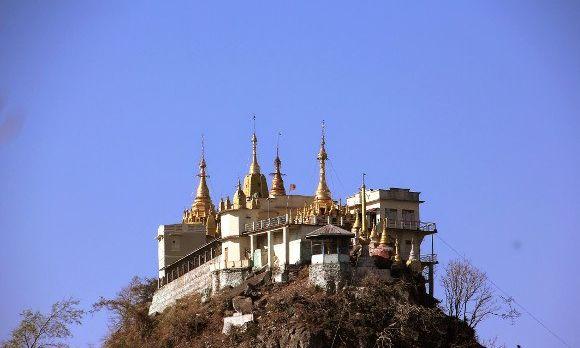 Die Tuyin Taung-Pagode auf dem Vulkankegel Taung Kalat beim Mount Popa in Myanmar