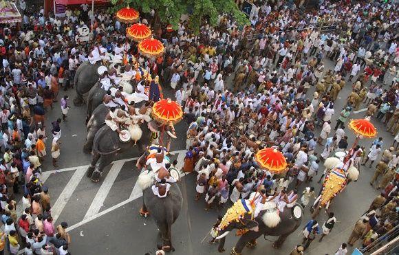 Parade mit Menschen und Elefanten in Kerala