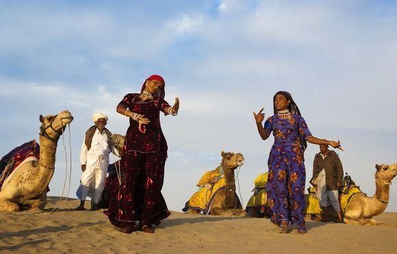 Indische Frau bieten einen klassischen Tanz dar