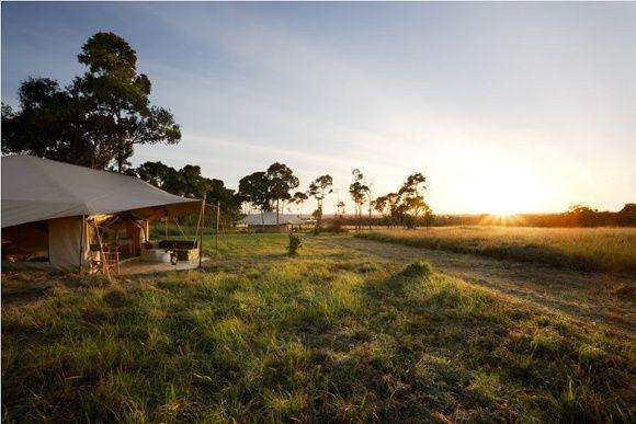 Sonnenuntergang in einem Safari Camp