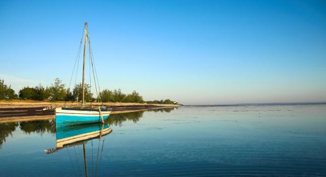 Idyllisch: Boot an einer Bucht der Pemba Insel