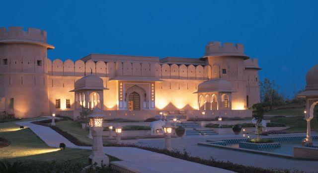 Außenansicht bei Nacht im Hotel The Oberoi Rajvilas in Jaipur, Nordindien