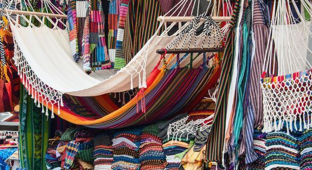 Farbenfroher Marktstand in Otavalo