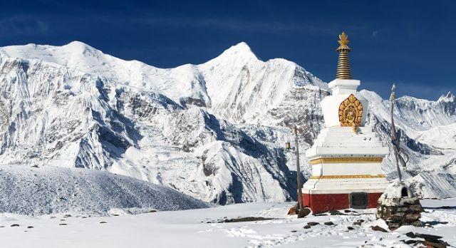 Buddhistische Bauten in der Gebirgslandschaft des Himalaya