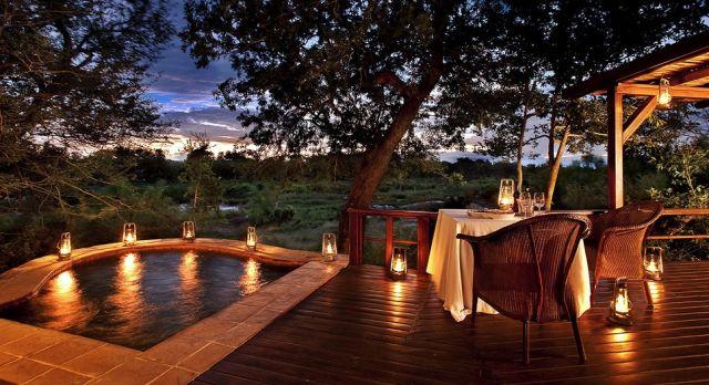 Festlich geschmückter Tisch in der Natur bei Sonnenuntergang