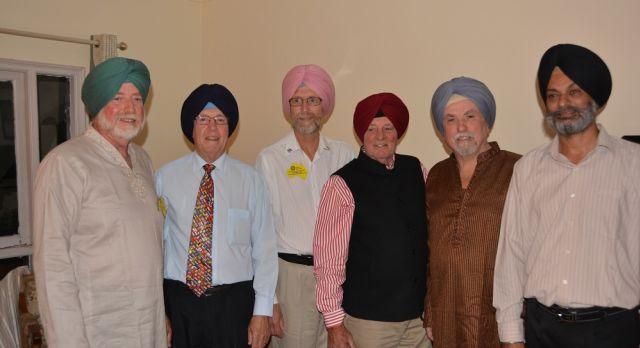 Sechs männliche Mitglieder des Rotary Club in Wagga Wagga stehen zusammen mit einem Turban auf dem Kopf