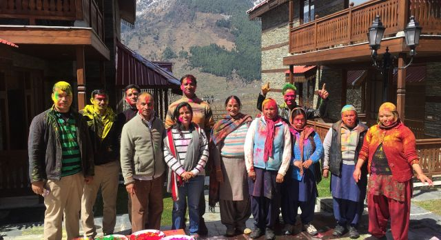 Eine Gruppe von Menschen mit Farbe in Gesicht und auf der Kleidung beim indischen Holi Farbenfest