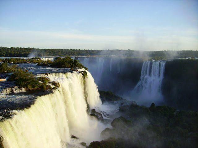 Die tosenden Iguazu Wasserfälle in Argentinien