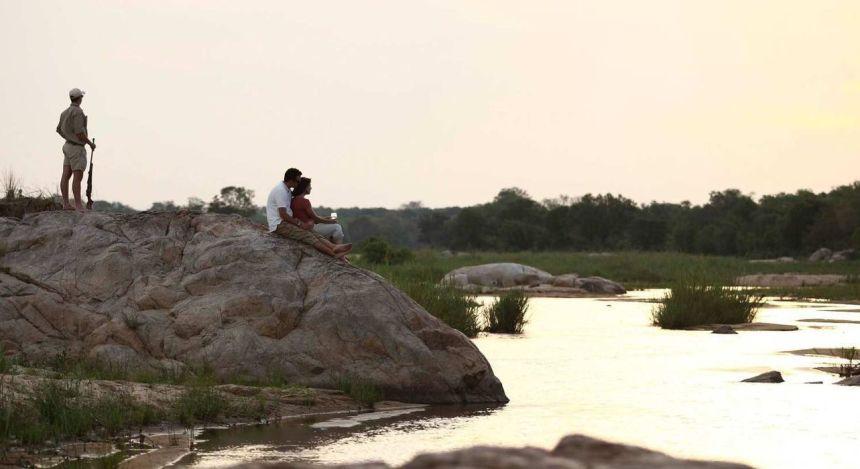 Kleine Urlaubergruppe auf Uferfelsen