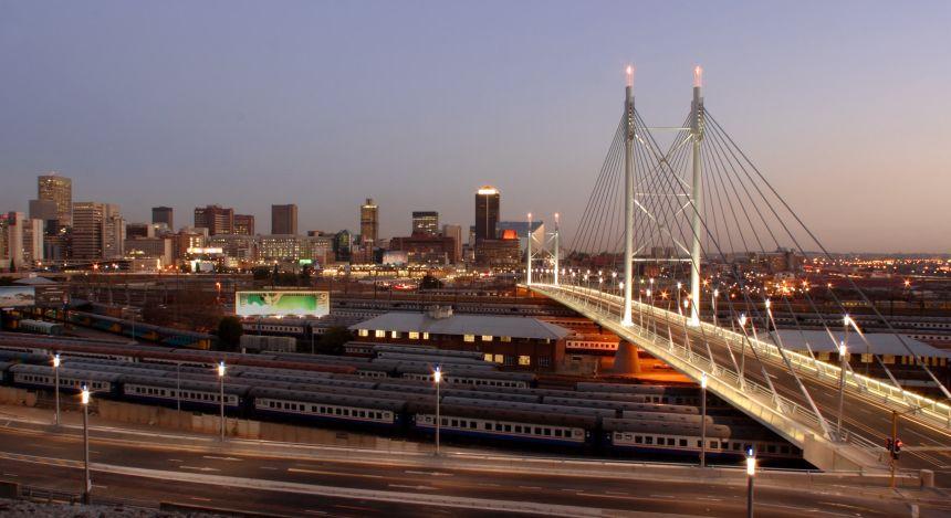 Johannesburg Sehenswürdigkeiten: Ansicht der Nelson Mandela Brücke bei Dämmerung