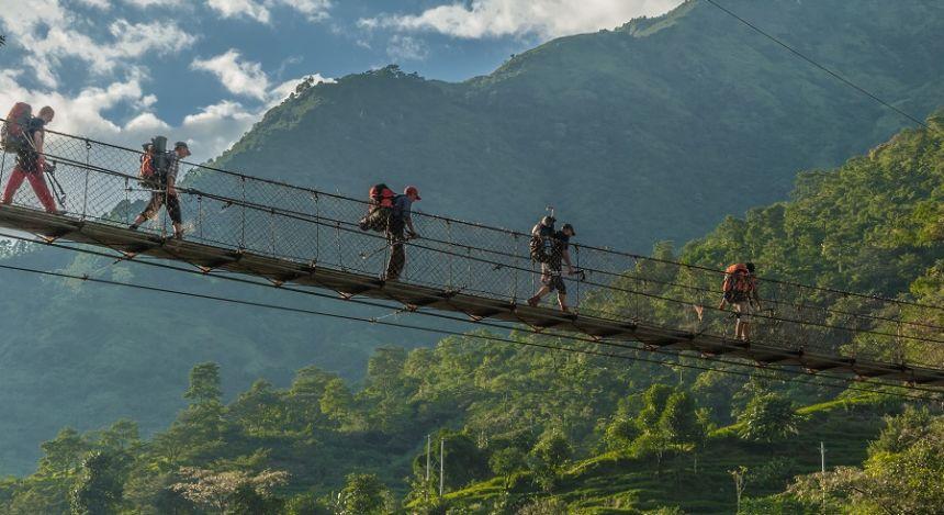 Brücken überqueren beim Annapurna-Trek durch den Himalaya in Nepal