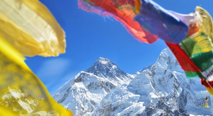 Fahnen in Nepal und der Mount Everest im Hintergrund