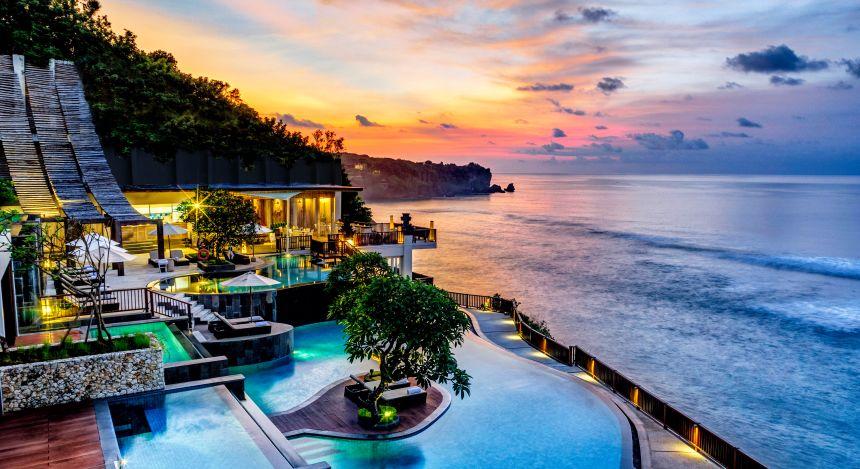 Blick über Pools und Villen bei Sonnenuntergang