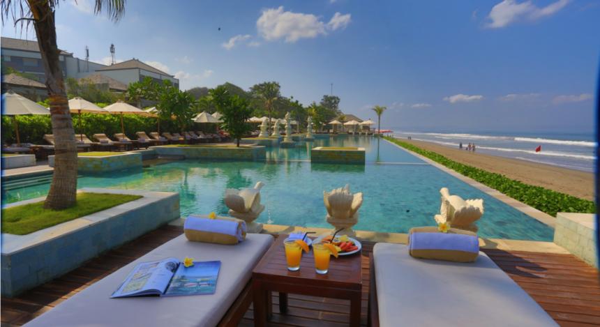 Sitzbereich mit Pool direkt am Strand