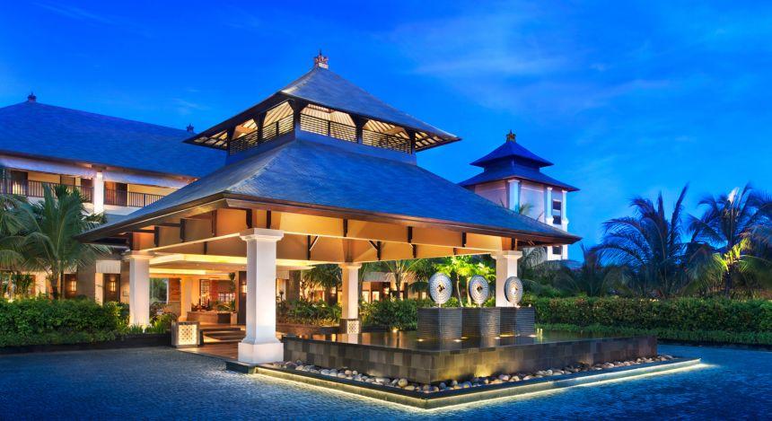 Überdachter Eingangsbereich des St. Regis Bali Resort Hotels