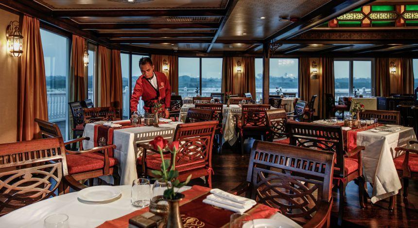Mann im Schiffsrestaurant