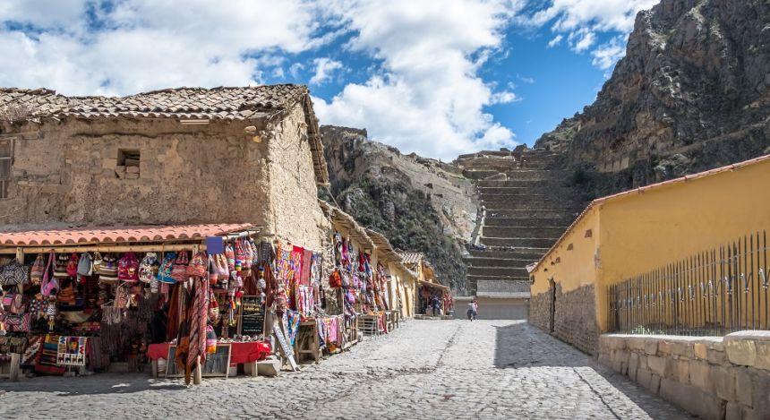 Alte Steinhäuser und Felstreppe in terrassenförmig angelegtem Berghang im Dorf Ollantaytambo in Peru, Südamerika