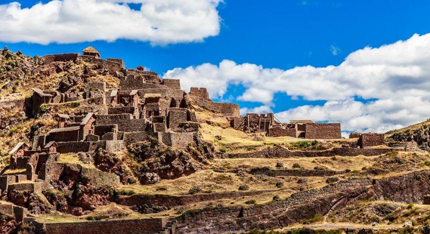Ruinen auf den terrassenförmigen Berghängen
