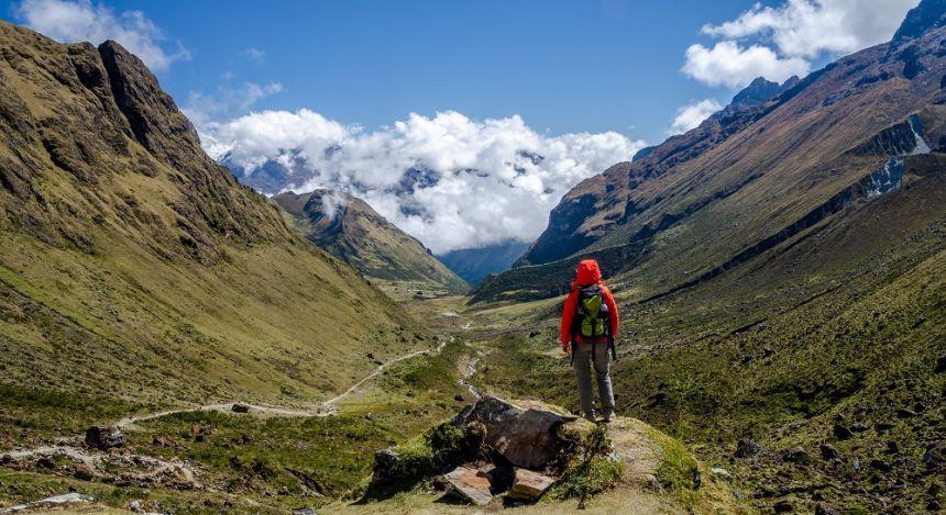 Wanderer blickt auf Bergkette in der Ferne