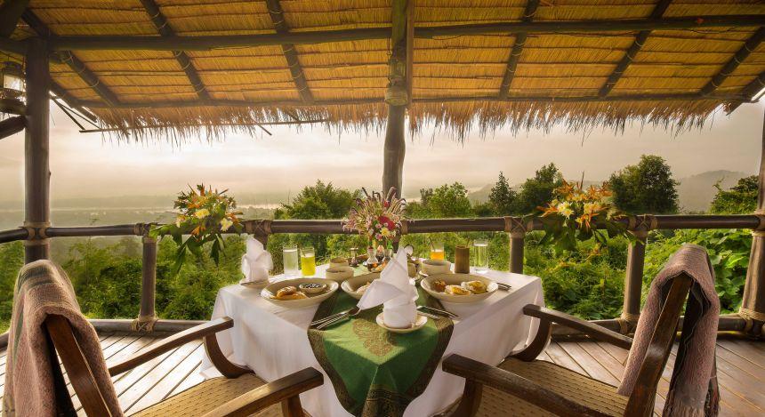 Gedeckter Tisch im Four Seasons Tented Camp, Golden Triangle Hotel in Chiang Saen, Thailand