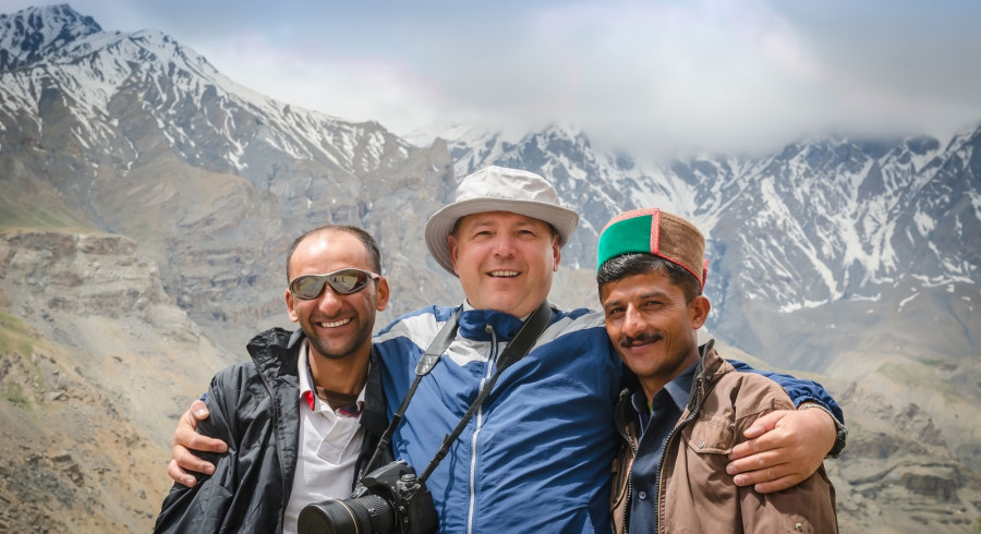 Photo friends guide, traveler and the driver before the pass, Kunzum La